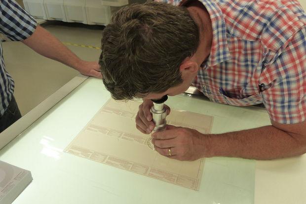 Kristof Lobeau checking finest text elements on Cyrel® EASY ESX plate